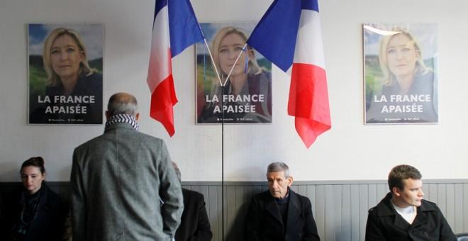 Los seguidores de la líder del Frente Nacional, Marine Le Pen, en la sede del partido en Lyon esperan el resultados de las presidenciales francesas. REUTERS/Emmanuel Foudrot