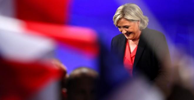 La líder de Frente Nacional, Marine Le Pen, se dirige a sus seguidores para reconocer su derrota en las presidenciales francesas, tras conocer las primeras proyecciones oficiales que dan a Emmanuel Macron el 65% de los votos. EFE/EPA/IAN LANGSDON
