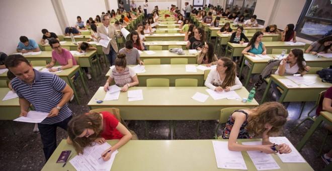 Alumnos de instituto realizan la Prueba de Acceso a la Universidad. EFE / MANUEL BRUQUE