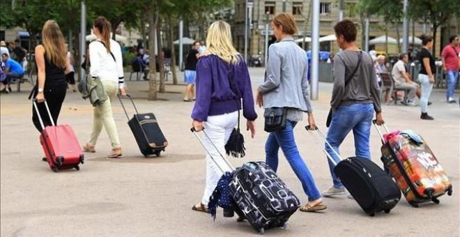Un grupo de turistas en Barcelona. - EFE