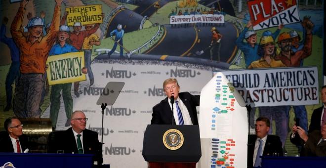 El presidente de los Estados Unidos, Donald Trump, sostiene un gráfico que muestra la complejidad de las regulaciones que propone mientras habla en la Conferencia Legislativa Nacional de Sindicatos de la Construcción de América del Norte de 2017 en Washin