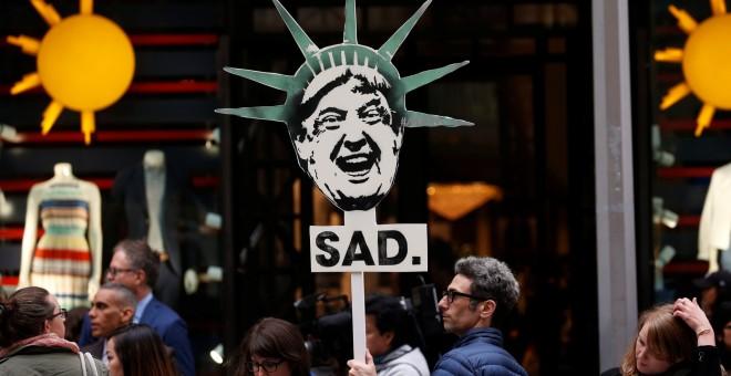 Un grupo de manifestantes protestan por las políticas de Donald Trump frente a la Torre Trump en Nueva York. EEUU.REUTERS/Mike Segar