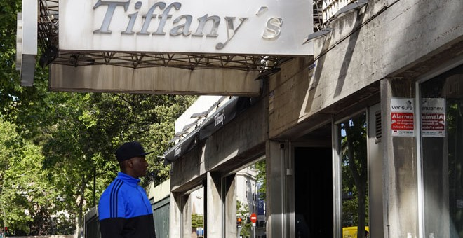 Djiby posa frente a la discoteca Tiffany´s / Es Racismo (Youssef Ouled)