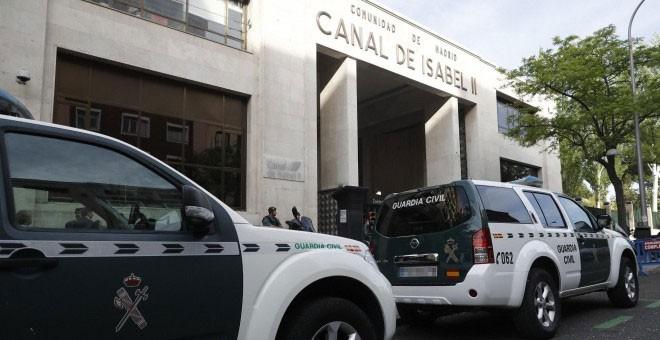 Agentes de la Guardia Civil ante la sede de Canal de Isabel II. - EFE