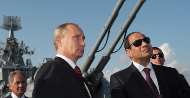 El presidente de Rusia, Vladimir Putin, y el de Egipto, Abdel Fatah al Sisi, durante un encuentro durante una visita al puerto Sochi en agosto de 2014. - AFP