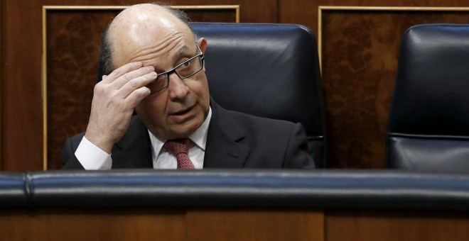 El ministro de Hacienda, Cristóbal Montoro, en su escaño del Congreso de los Diputados. EFE/Chema Moya