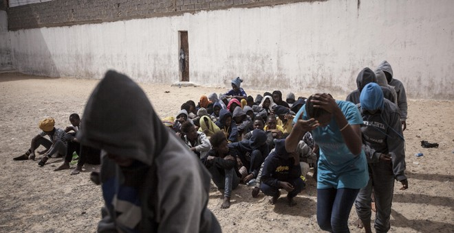 21 mujeres migrantes hacen cola en el patio de la prisión para montar en autobuses que las transferirán a otro centro de detención, tras ser vendidas a la milicia armada que controla el centro de detención de Surman, al oeste de Libia /Narciso Contreras (