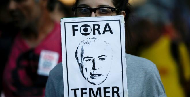 Una mujer protesta contra el presidente brasileño Michel Temer en Manao, Brasil. REUTERS/Brune Kelly