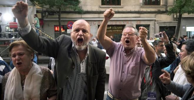 Simpatizantes de Pedro Sánchez celebran los primeros resultados ante la sede del PSOE en la calle Ferraz, donde se encuentran los candidatos a la Secretaría General para seguir el escrutinio de las elecciones primarias en el partido. Con el 71,4 por cient