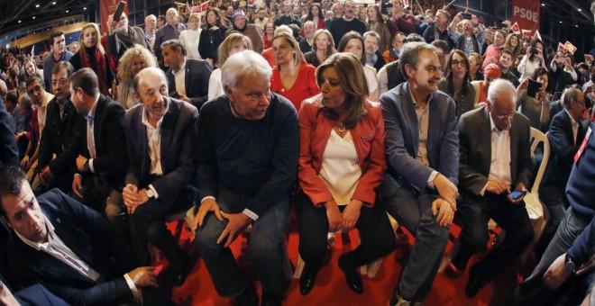 Susana Díaz, con Alfredo Pérez Rubalcaba, Felipe González, José Luis Rodríguez Zapatero, Alfonso Guerra y varios barones socialistas el pasado 25 de marzo, en la presentación en Madrid de la candidatura de dirigente andaluza a las primarias del PSOE. EFE