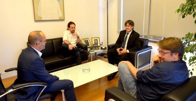 El president de la Generalitat, Carles Puigdemont, y el líder de Podemos, Pablo Iglesias, en su reunión, en la que han estado presentes también el líder de En Comú Podem, Xavier Domènech, y el portavoz parlamentario del PDeCAT, Carles Campuzano.