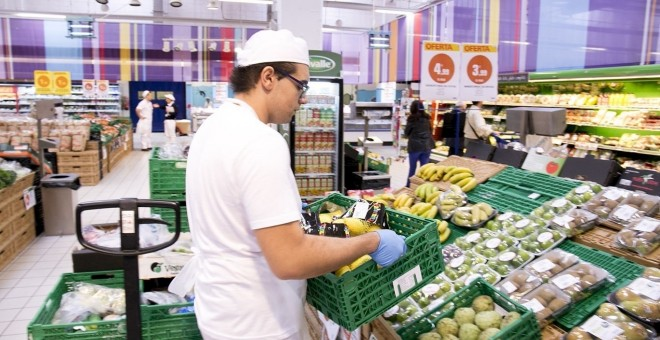 Un trabajador en un supermercado /EUROPA PRESS (OBRA SOCIAL LA CAIXA)