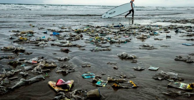 En 35 años habrá más plástico que peces en los océanos