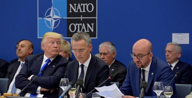El presidente estadounidense, Donald J. Trump (i); el secretario general de la OTAN, Jens Stoltenberg (c), y el primer ministro belga, Charles Michel, durante la reunión de líderes de la Alianza Atlántica. /EFE