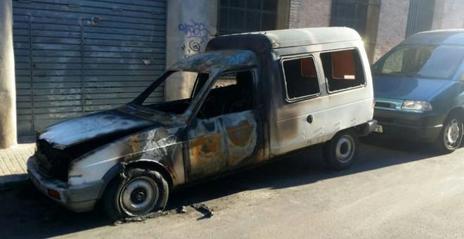 Vista exterior de la furgoneta quemada del secretario general de la CGT de Catalunya. FOTO CEDIDA