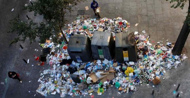 Basura acumulada junto a unos contenedores del centro de Madrid durante la huelga de limpieza viaria y jardinería en 2013.- REUTERS