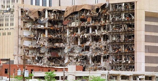 La parte norte del edificio federal Albert P. Murrah en la ciudad de Oklahoma muestra los destrozos causados el 19 de abril de 1995 por un camión bomba. El peor ataque terrorista en suelo americano de la historia, fue perpetrado por Timothy McVeigh, milic