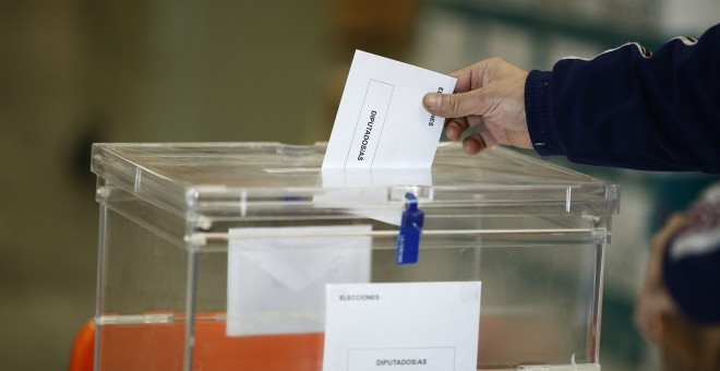 Ciudadano introduciendo su voto en una urna electoral /EUROPA PRESS