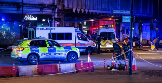 El London Bridge, tomado por vehículos policiales y ambulancias tras los atentados. EFE