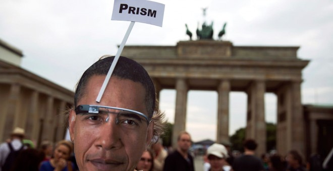 Protesta en Berlín contra la persecución de Edward Snowden tras sus revelaciones sobre la vigilancia masiva de ciudadanos desarrollada por EEUU y sus principales aliados. El programa 'Prism' era una de las bases de ese espionaje. THOMAS PETER/REUTERS