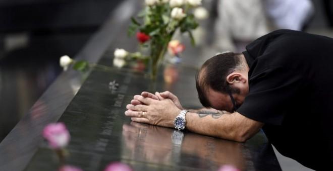 El neoyorquino Rocco diNardo reza ante el monumento a las víctimas del 11-S en el Memorial del 11-S en Nueva York (Estados Unidos). JUSTIN LANE | EFE