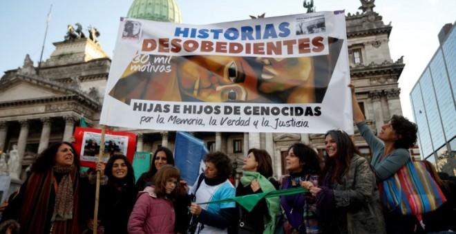 Pancarta de Historias Desobedientes en una manifestación contra la violencia machista en Buenos Aires. - AFP