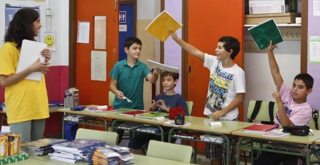 Madrid aprueba por unanimidad la gratuidad de los libros de texto / EFE