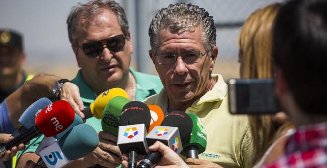 El exconsejero madrileño Francisco Granados, hace declaraciones a los periodistas tras salir de prisión bajo fianza tras 31 meses encarcelado por la trama Púnica. EFE/Santi Donaire