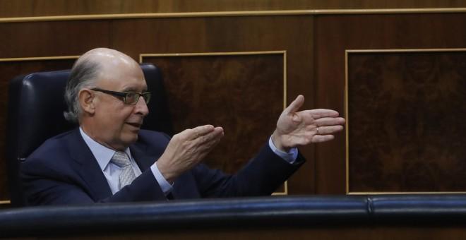 El ministro de Hacienda, Cristóbal Montoro, gesticula desde su escaño durante el debate de la moción de censura de Unidos Podemos contra Mariano Rajoy. EFE/Juan Carlos Hidalgo