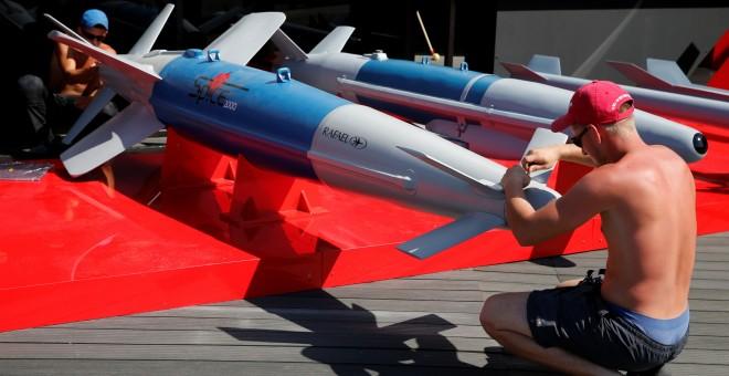 Unos trabajadores instalan varios misiles del sistema de defensa de los cazas de la firma francesa Rafael, para la Feria Aérea de París. REUTERS/Pascal Rossignol
