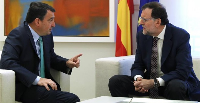 El portavoz del PNV en el Congreso, Aitor Esteban, en una de sus reuniones con Mariano Rajoy. Archivo EFE