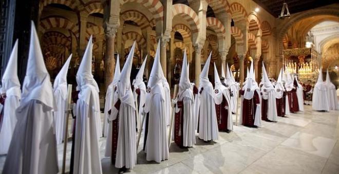 La Mezquita de Córdoba, con cofrades en Semana Santa.