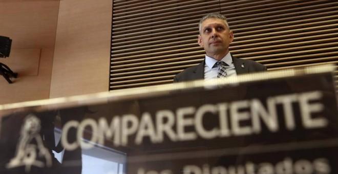 El ex inspector jefe de la Policía, José Ángel Fuentes Gago, se prepara para su comparecencia en la comisión parlamentaria que investiga la etapa de Jorge Fernández Díaz al frente del Ministerio del Interior. | BALLESTEROS (EFE)