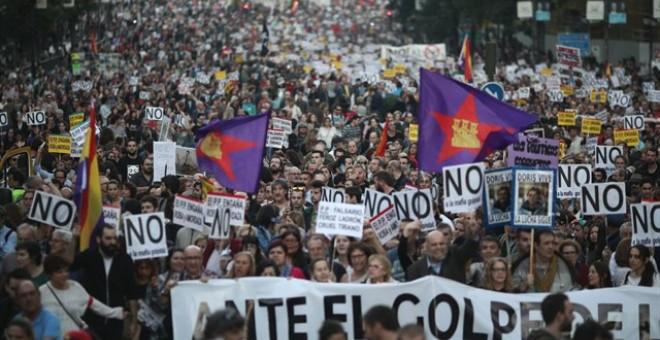 Manifestación 'Ante el golpe de la Mafia, Democracia' durante la investidura del Presidente del Gobierno, Mariano Rajoy, el 29 de octubre