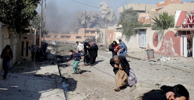 Personas corren asustadas después de que un ataque aéreo de la coalición alcance las posiciones del Estado Islámico en Mosul, en noviembre de 2016 REUTERS/Goran Tomasevic/Fotografía de archivo