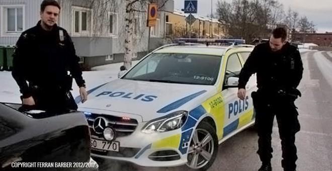 Agentes de policía detienen en un control a un ciudadano extranjero para su identificación, sin que tercie una infracción o una causa justificada, más allá del perfil racial del foráneo./Ferran Barber
