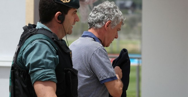Villar, con un agente de la Guardia Civil en la sede de la RFEF. REUTERS/Juan Medina