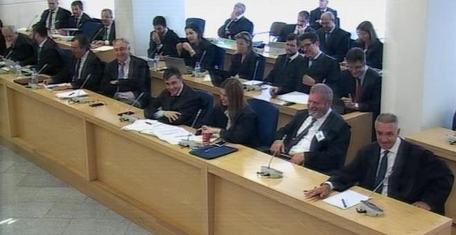 Imagen capturada de la señal de vídeo institucional que muestra a los abogados riendo durante una de las apreciaciones del magistrado Ángel Hurtado. /EFE