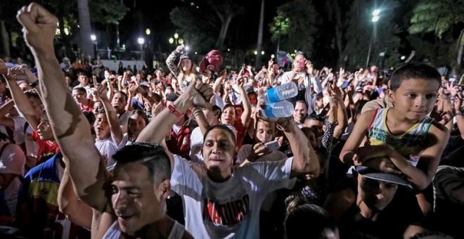 Chavistas participan en una celebración, en la plaza Bolívar de Caracas (Venezuela), al culminar jornada de votación hoy, domingo 30 de julio de 2017. EFE/Miguel Gutiérrez