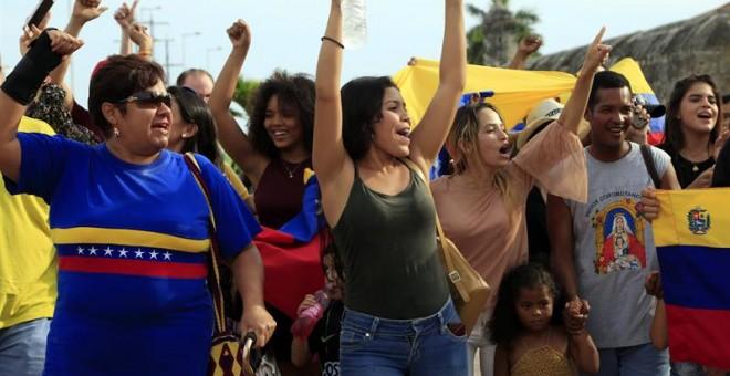 Un grupo de venezolanos residentes en Colombia protesta contra la elección de la Asamblea Nacional Constituyente, en Cartagena (Colombia). EFE/RICARDO MALDONADO ROZO