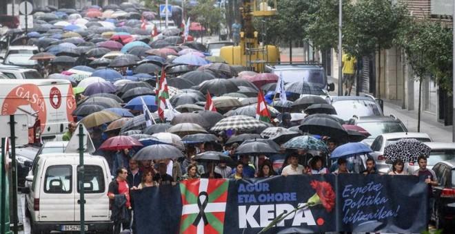 Manifestación celebrada esta tarde en Galdakao, Bizkaia, convocada por la izquierda abertzale, para protestar por la actual política penitenciaria tras la muerte del preso de ETA Kepa del Hoyo de un infarto en la prisión de Badajoz. EFE/Javier Zorrilla