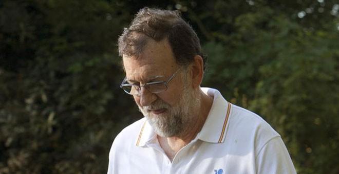 El presidente del Gobierno, Mariano Rajoy, en uno de sus paseos matinales por Ribadumia, la localidad pontevedresa donde pasa sus vacaciones. Archivo EFE