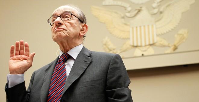 El expresidente de la Reserva Federal Alan Greenspan presta juramente en una comparecencia en la comisión del Congreso estadounidense sobre la crisis financiera, en  abril de 2010. AFP/Alex Wong