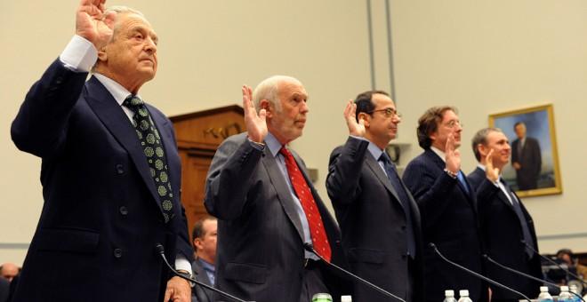 De izquierda a derecha, los financieros George Soros, James Simons, John Alfred Paulson, Philip Falcone, y Kenneth Griffin,  prestan juramento en una comparecencia en el Congreso estadounidense, en noviembre de 2008. AFP/Tim Sloan
