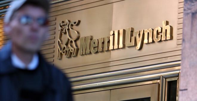 Un peatón pasa frente a la sede de la firma Merril Lynch, en Nueva York, en octubre de 2007. AFP/Emmanuel Dunand