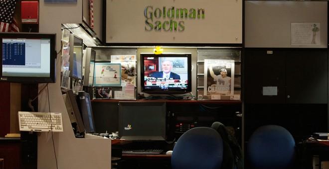 Un monitor de televisión en el stand de Goldman Sachs en el patio de negociación de la bolsa de Nueva York, en Wall Street. AFP/Chris Hondros