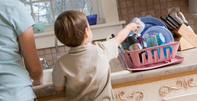 Un niño colaborando en las tareas de la casa / THINKSTOCK