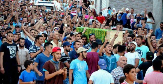 Miles de rifeños durante el funeral del activista Imad Atabi en Alhucemas.-