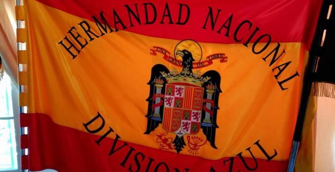 Banderas franquistas y muñecos con simbología nazi de la Fundación División Azul, una organización registrada bajo el gobierno de Felipe González.