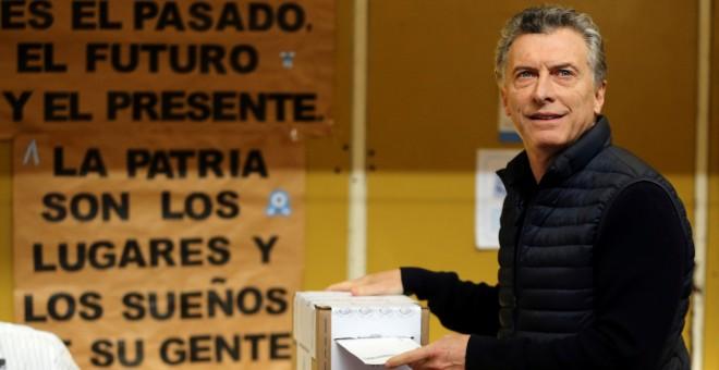 Mauricio Macri, presidente de Argentina, deposita su voto en una urna este pasado domingo en Buenos Aires. REUTERS/ Marcos Brindicci